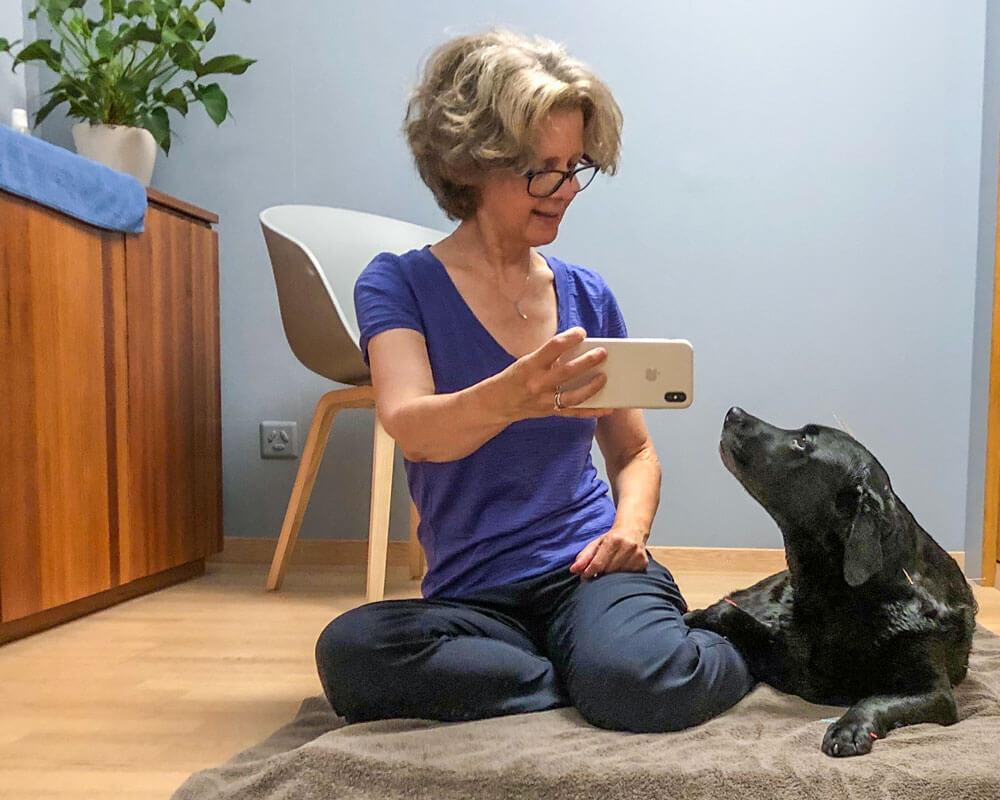 Simona Billeter mit einem Hunde-Patient