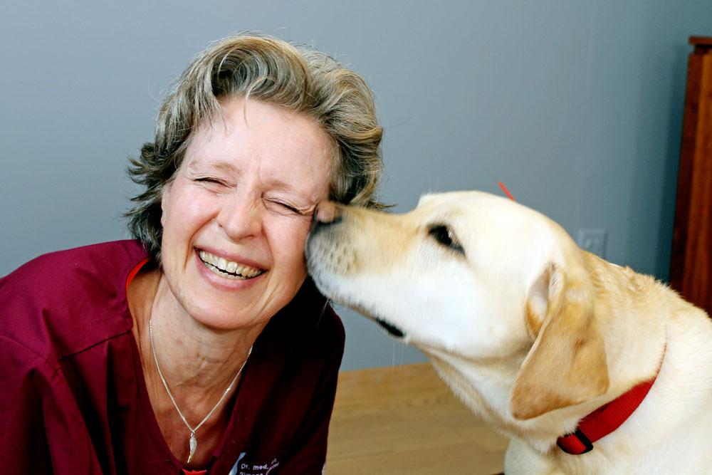 Simona Billeter hat mit einem Hund Spass