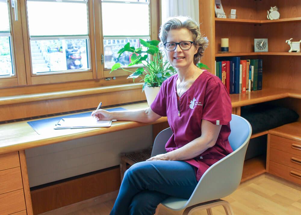 Simona Billeter am Schreibtisch