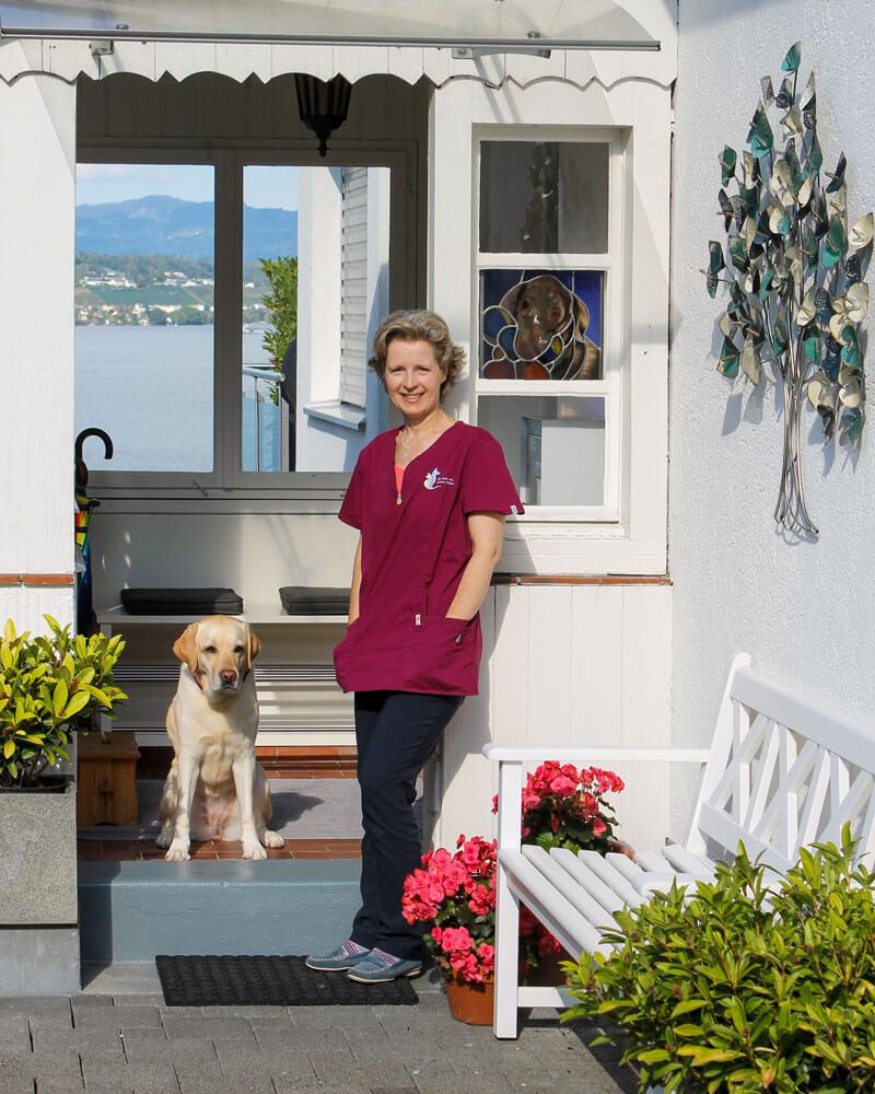 Simona Billeter mit Hund vor dem Praxiseingang